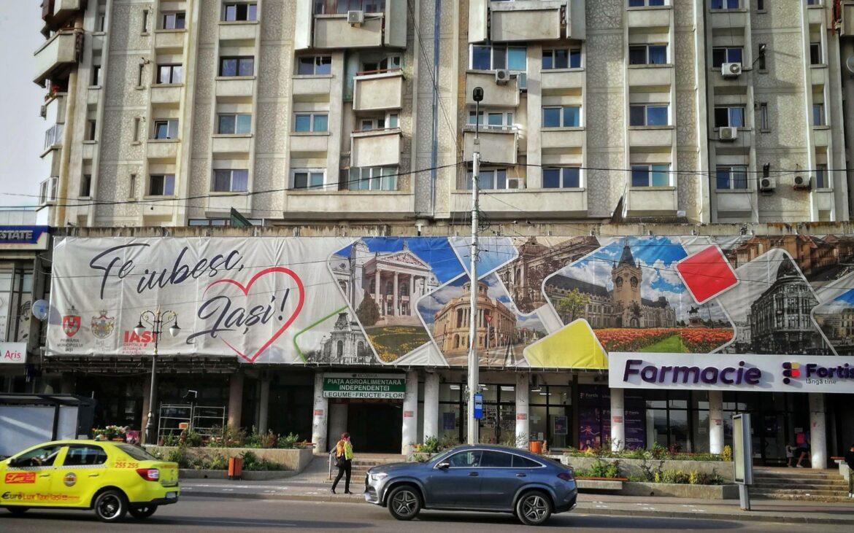 """Gafă a primăriei din Iași. Pe un banner uriaș cu """"Te iubesc, Iași"""" a fost pusă o clădire din Chișinău"""