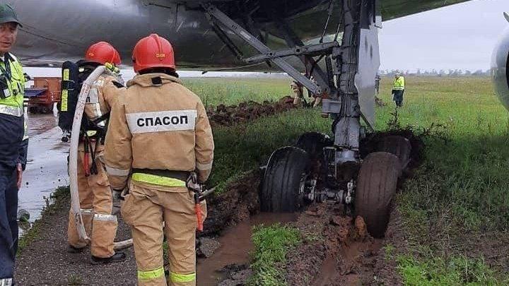 (foto) Un Boeing a derapat de pe pistă și s-a înglodat într-un câmp de lângă aeroportul din Simferopol