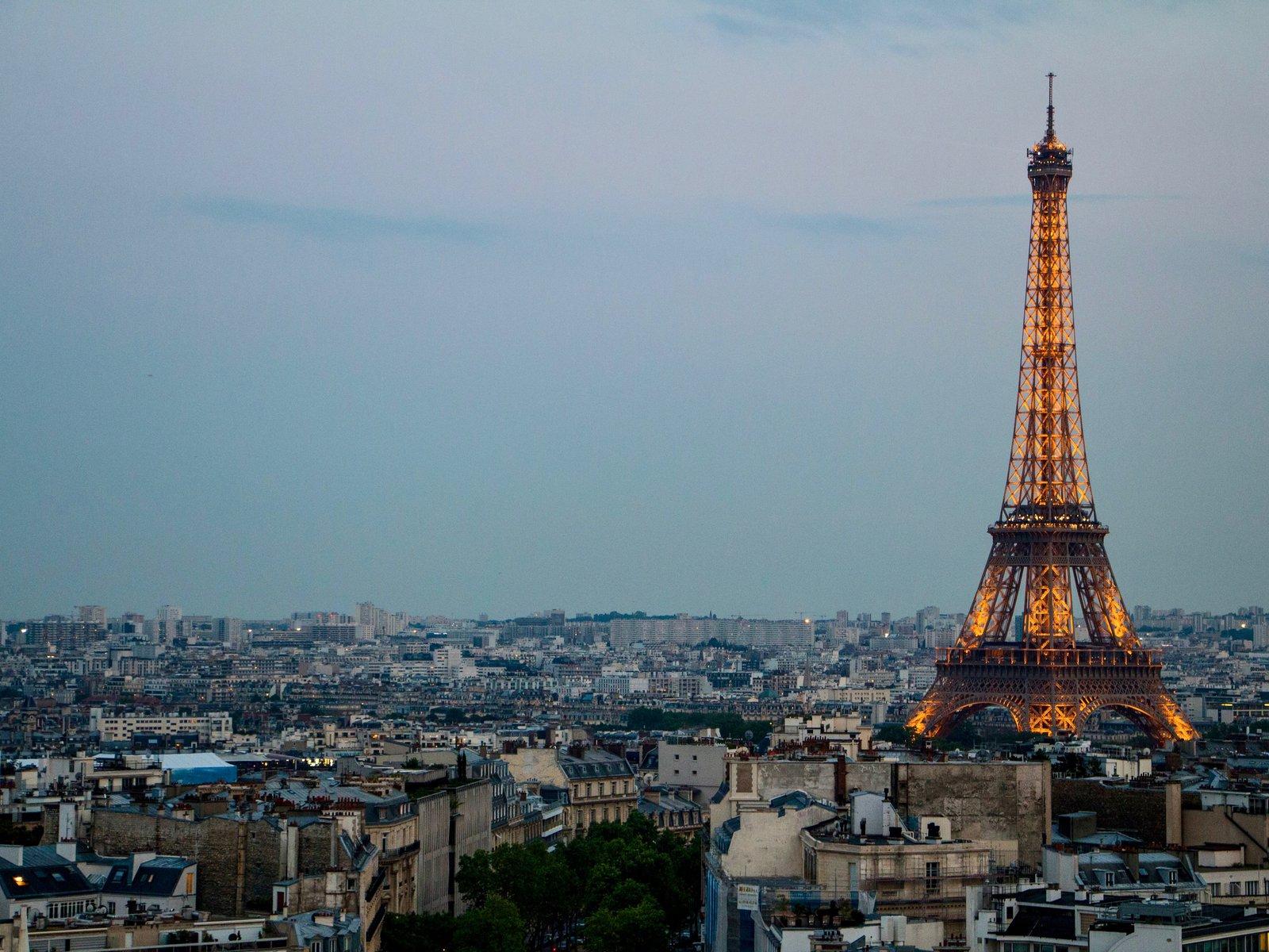 paris-stadt-der-liebe-eiffelturm_mNycYUW.width-1600.jpg