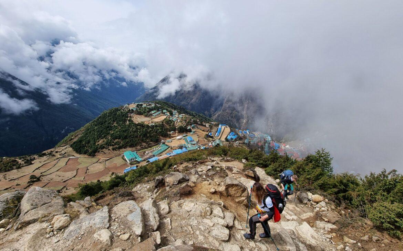 Un simplu șerpaș, care ajută alpiniștii să escaladeze cel mai înalt munte de pe planetă, a urcat Everestul de 24 de ori în 25 de ani. Istoriile expediției MyEverest
